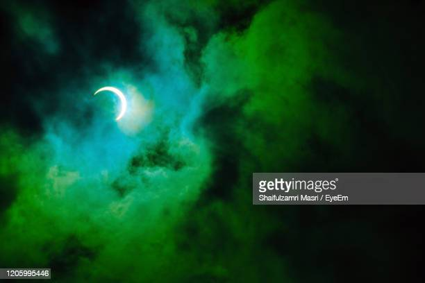 partial annular solar eclipse, known  as a ring of fire, seen in malaysia in 26th dec 2019. - shaifulzamri photos et images de collection