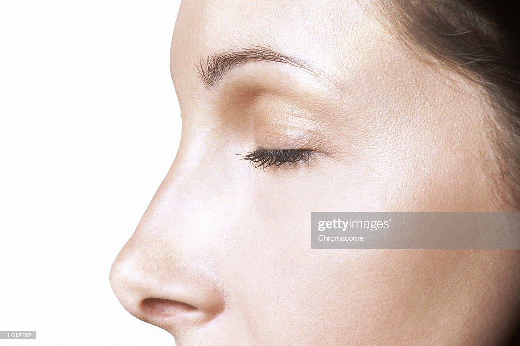 Partial profile of Caucasian female, eyes closed : Stockfoto