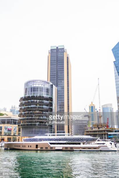 Delvis skymd utsikt över Dubai Marina från strandpromenaden