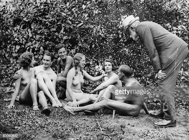 Participant of the 1 Conference of the naked culture associations of England London Photograph91934 [Teilnehmer der 1 Konferenz der...