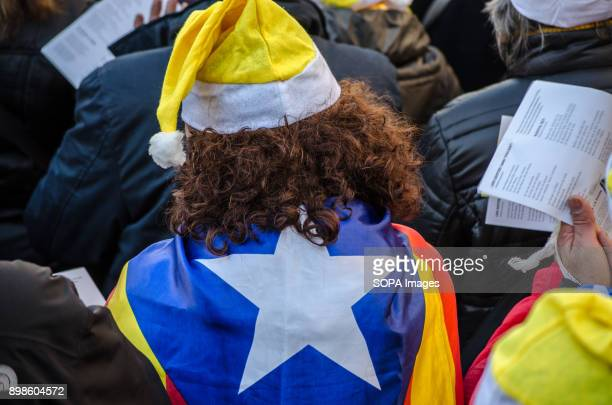 A participant with the traditional hat of santa claus and the Catalan independentist flag The catalan sovereigntists organizations Omnium and ANC...