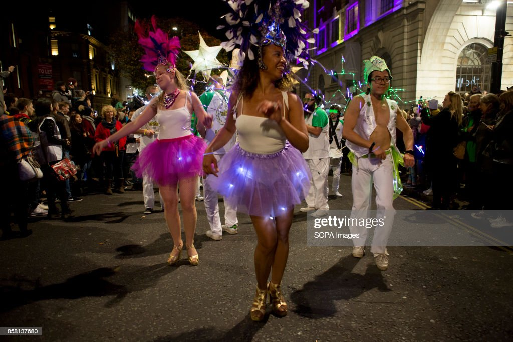 Participants dressed in colourful costume are walking though... : Fotografía de noticias