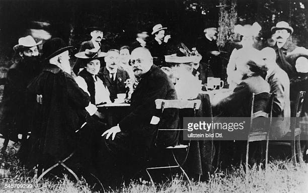 Participants of the party conference of the German Social Democratic Party in Jena in September 1913 2nd from left Franz Mehring 3rd from left Rosa...