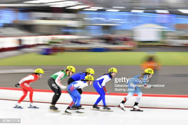 Participants perform during the Ladies mass start at the ISU Neo Senior World Cup Speed Skating at Max Aicher Arena on November 26 2017 in Inzell...