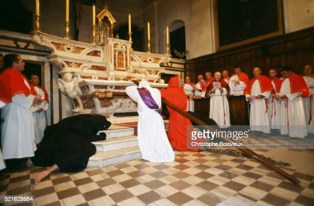 participants pray before catenacciu procession on corsica - penitentes fotografías e imágenes de stock