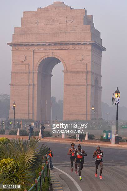Participants run on Rajpath in front of India Gate in the Delhi Half Marathon in New Delhi on November 20 2016 / AFP / CHANDAN KHANNA