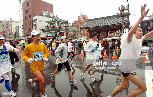 Participants run past Kaminarimon gate of the Sensoji Temple during the Tokyo Marathon 2007 at Tokyo Big Sight on February 18 2007 in Tokyo Japan