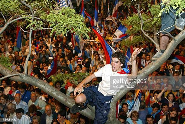 Partidarios del Frente Amplio vivan a sus lideres durante una concentracion frente al hotel desde donde el electo Presidente uruguayo Tabare Vazquez...