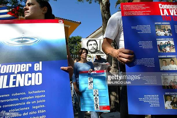 Partidarios del régimen del presidente cubano Fidel Castro se manifiestan el 17 de mayo de 2003 frente al consulado cubano en Sao Paulo Brasil...
