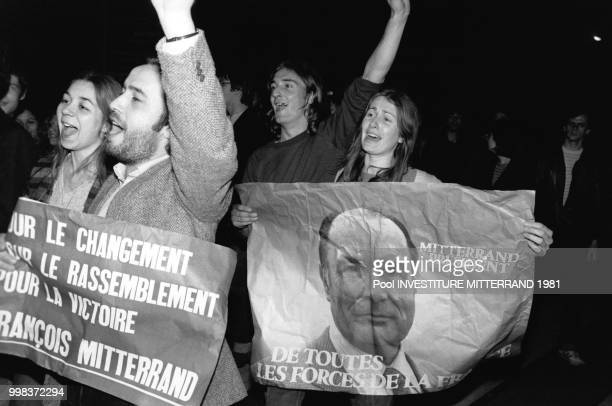 Partisans de François Mitterrand fêtant sa victoire Place de la Bastille le 10 mai 1981 Paris France