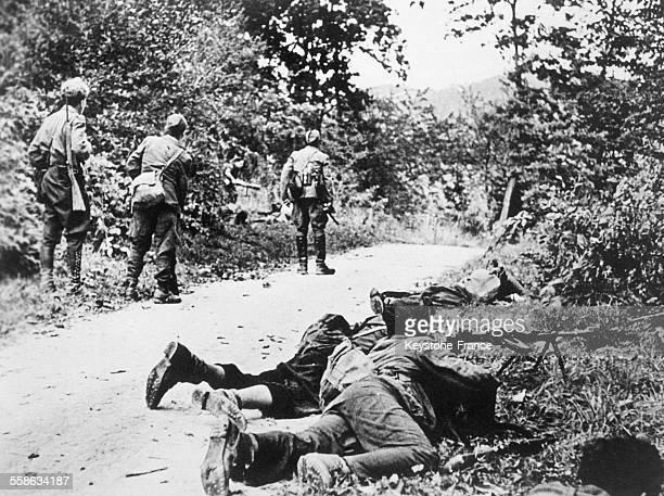 Partisans yougoslaves près d'une garnison occupée, avant la libération de Belgrade, en Serbie circa 1940.