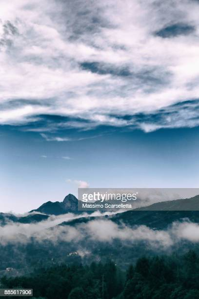 partly cloudy sky on a summer morning in garfagnana. - altocumulus stockfoto's en -beelden
