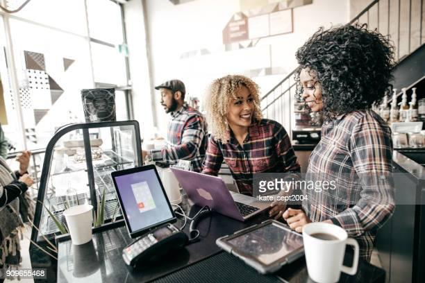 Partner arbeiten mit laptop