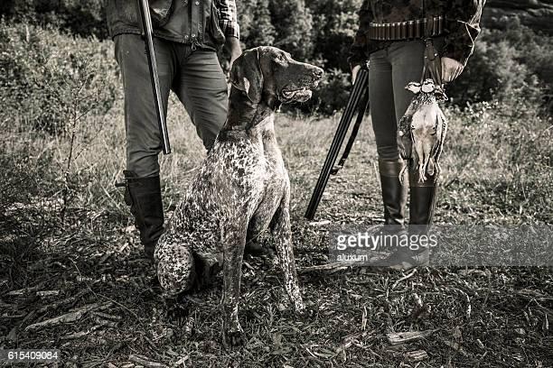 partridge hunters with dog - cão adestrado - fotografias e filmes do acervo