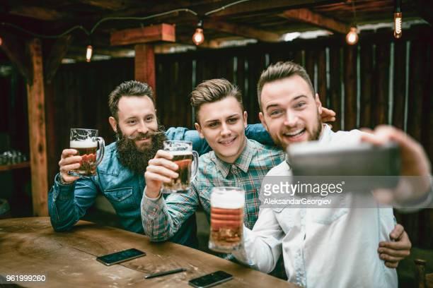Party Animal gars prise Selfie et boire au Bar après le travail