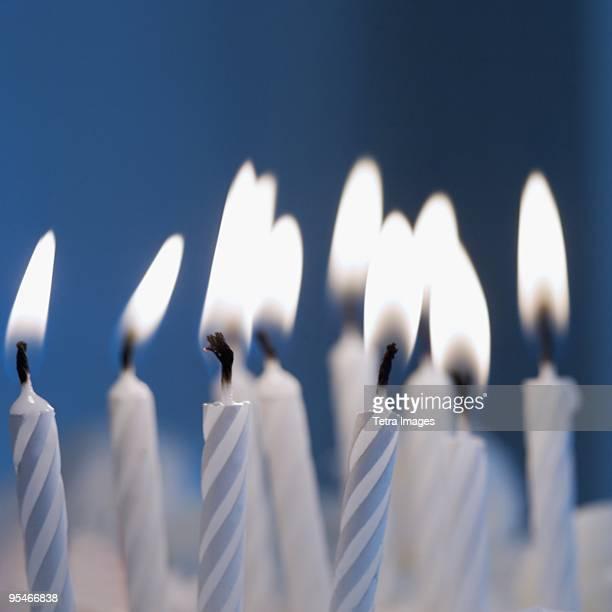 party candles close-up - birthday candles - fotografias e filmes do acervo