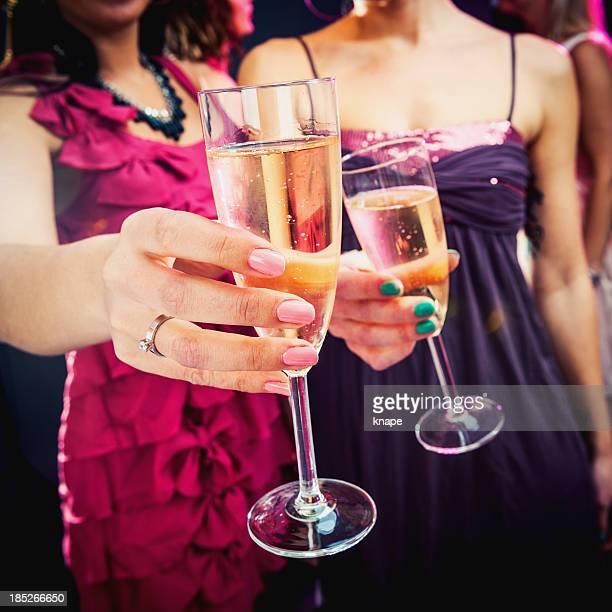 Party feiert mit Champagner