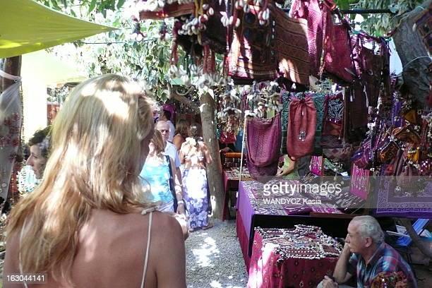 Party In Ibiza Es Canar le marché hippie le plus célèbre de l'île où l'on y trouve des étals de produits artisanaux des produits touristiques mais...