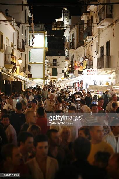 Party In Ibiza La fête la nuit dans les rues d'IBIZA foule de touristes envahissant les ruelles de la vieille ville dînant aux terrasses des nombreux...
