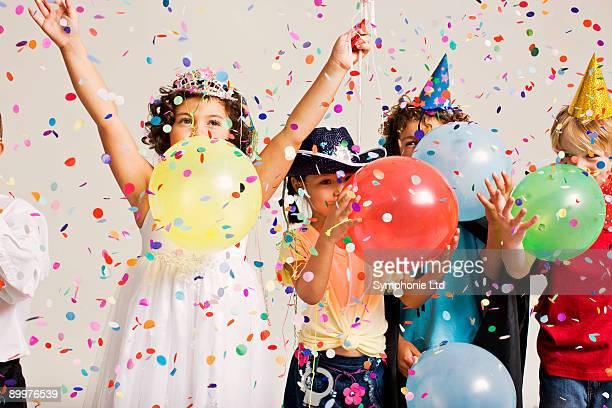 party kids blowing balloons - seulement des enfants photos et images de collection