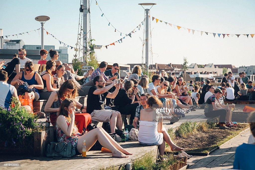 パーティー好きの人々では、ベルリンの屋根 : ストックフォト