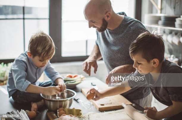 partyzeit in küche - alleinerzieher stock-fotos und bilder
