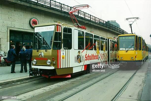 Party Tram der BVG neben dem Lokal Luky Strike in Mitte 00041995
