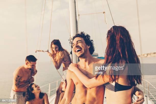 Party mit Freunden auf dem Deck der yacht