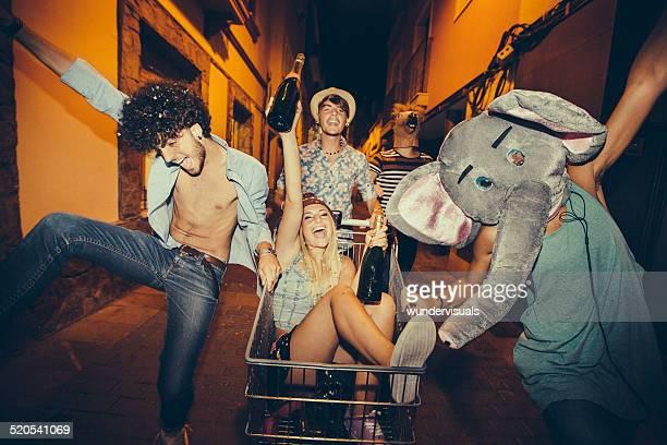 Fête des adolescents en ridicule dans la rue