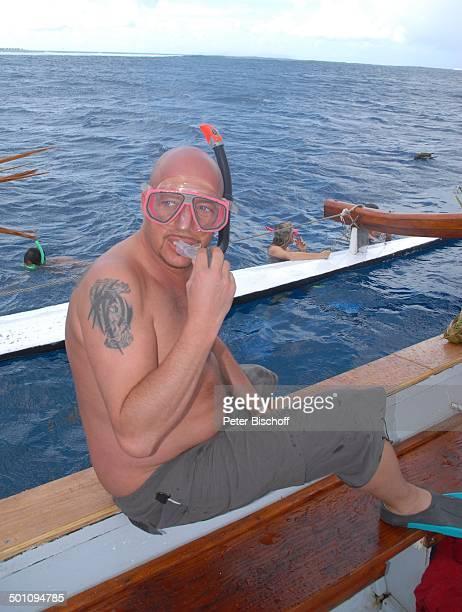 Pascal Hilger Ausflug mit dem Auslegerboot Insel Moorea FranzösischPolynesien Südsee Schiff Boot Bootsfahrt Meer Urlaub Tätowierung freier Oberkörper...
