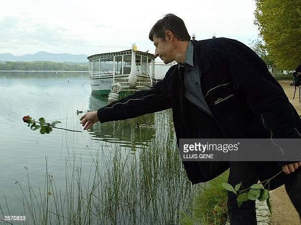 Pascal Levasseur throws a rose into Lake Banyoles, in the northeastern Catalan region, 08 October 2003, on the fifth anniversary of the accident in...