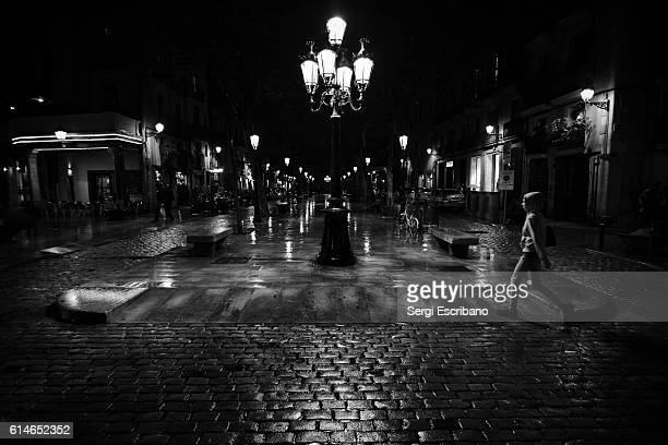paseo del born a rainy night, barcelona - film noir style stock pictures, royalty-free photos & images