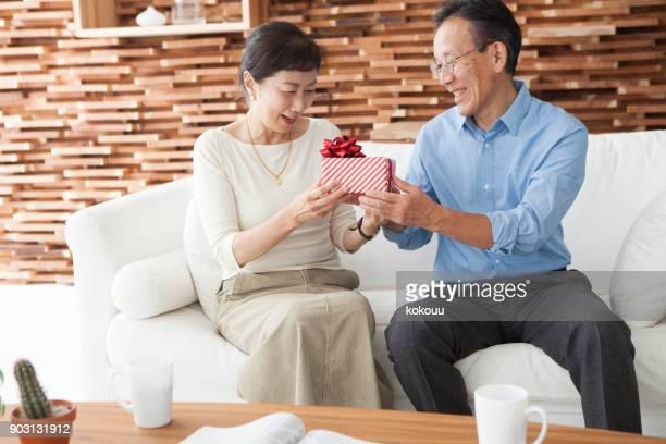 贈り物を渡します。 - 記念日 ストックフォトと画像