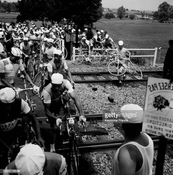 Passage à niveau des cyclistes lors de la 7e étape à Morhange France le 10 juillet 1967