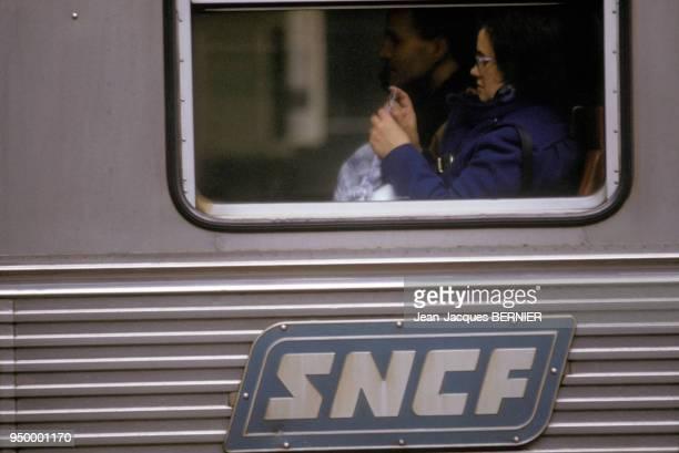 Passagers dans un train de banlieue à la Gare Montparnasse pendant une greve de la RATP et de la SNCFle 8 Janvier 1987 à Paris France
