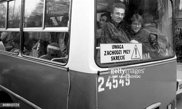 Passagers d'un autobus à Cracovie en Pologne le 9 mai 1991