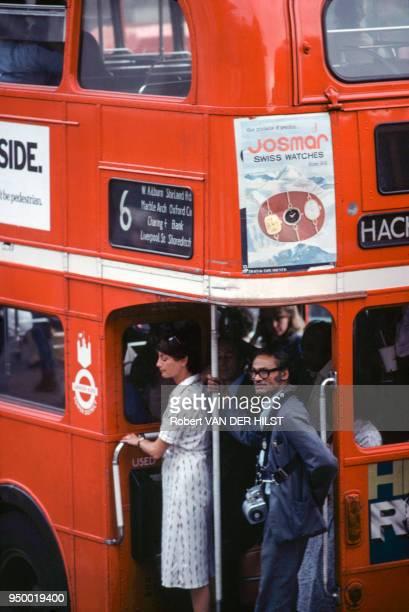 Passagers et contrôleur dans un autobus londonien en août 1981 à Londres RoyaumeUni