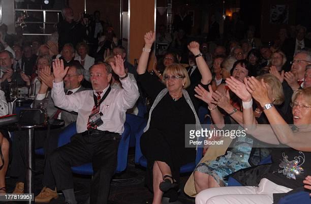 """Passagiere, Fans, Kreuzfahrt auf der MS """"Albatros"""", Gala-Auftritt von T o n y M a r s h a l l, in der """"Atlantik Lounge"""", Insel Moorea,..."""