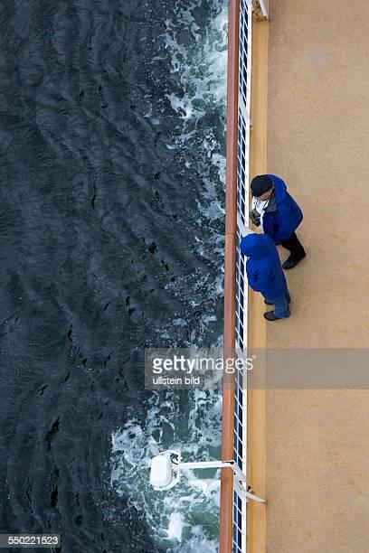 Passagiere stehen an der Reling der Color magic und schauen aufs Meer