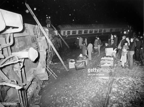 Passagiere stehen in der Nacht vom 17 auf den nahe Emmendingen in Baden mit ihrem Gepäck neben umgestürzten Waggons des ItaliaExpress KopenhagenRom...