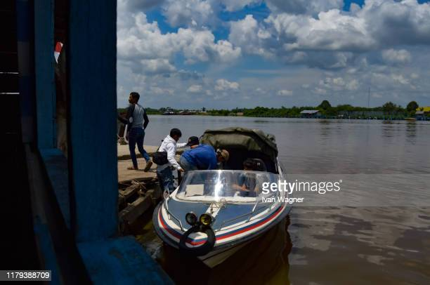 passanger speedboat activities at small dock - west kalimantan stock pictures, royalty-free photos & images