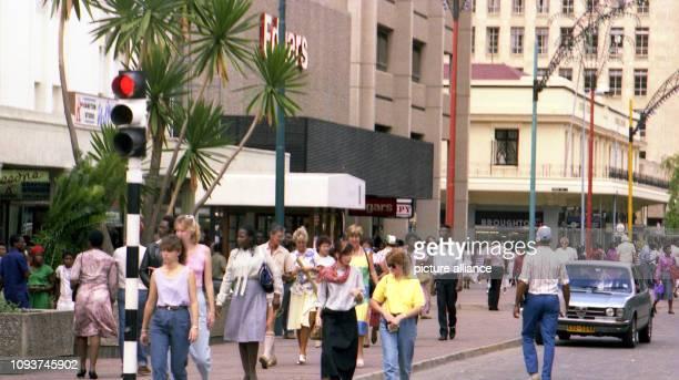 Passanten in der First Street von Harare aufgenommen am Besonders an den Samstagen ist die Innenstadt ein beliebter Treffpunkt für allerlei...