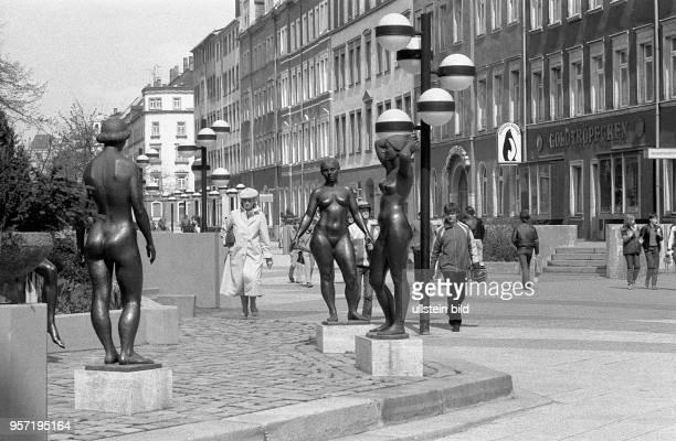 Passanten schlendern entlang des Brühl Boulevard in KarlMarxStadt aufgenommen 1985 Die in den 70er Jahren geschaffene Fußgängerzone ersetzte das im...