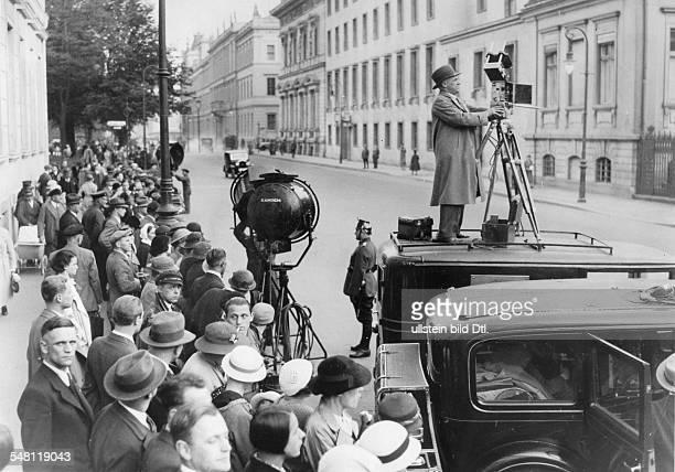 Passanten vor der Reichskanzlei an der Wilhelmstrasse in Berlin in Erwartung der Abfahrt Adolf Hitlers zur Kroll-Oper; im Vordergrund:...
