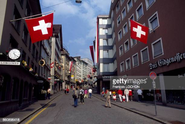 Passants dans une rue du centreville d'Einsiedeln en juin 1984 Suisse