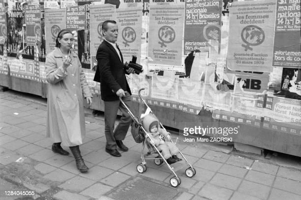 Passants en marge du défilé à l'occasion des fêtes du millénaire à Bruxelles en Belgique le 7 avril 1979.