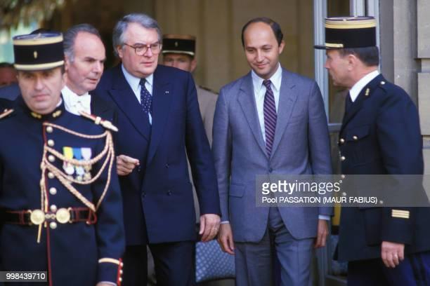 Passation de pouvoirs entre Pierre Mauroy et Laurent Fabius à l'Hôtel Matignon le 18 juillet 1984 à Paris, France.