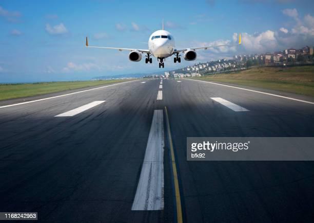 旅客機の着陸または離陸。 - 着陸する ストックフォトと画像