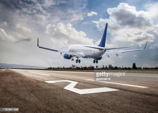 旅客機着陸 - 着陸する ストックフォトと画像