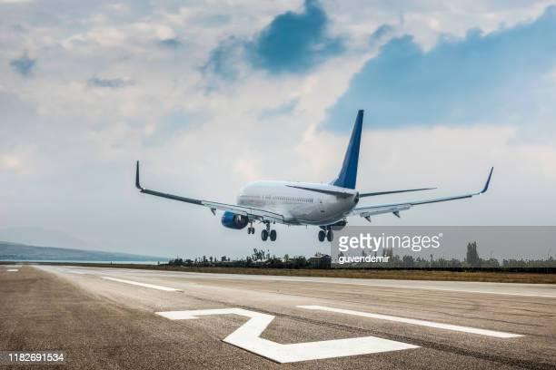 passagiersvliegtuig landing - vliegtuig stockfoto's en -beelden